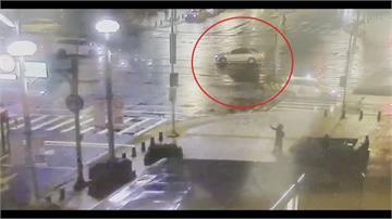 驚!騎士撞違規左轉車倒地機車起火燒成廢鐵 惡劣駕駛竟肇逃