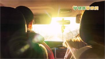 開車時前方好刺眼 變色鏡片在車內會變色嗎?