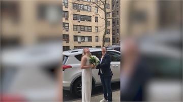 保持距離以策安全 紐約牧師站陽台為新人證婚