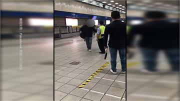捷運月台拉口罩吵架 眾人閃避躲飛沫
