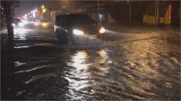 台南雨像倒的!路面淹成小河灌進騎樓