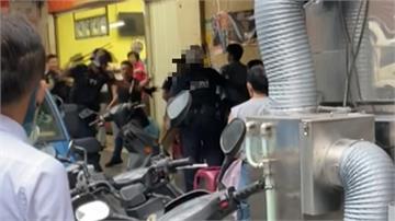 當警察是塑膠逆!口角衝突拿椅砸人 警以警棍壓制醉男店門口一片狼藉