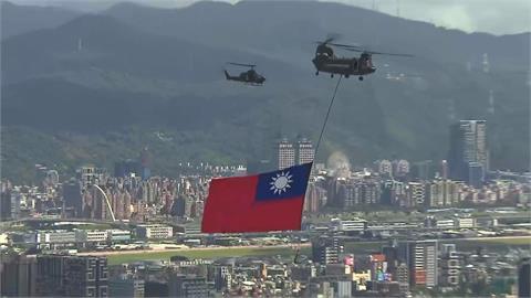 快新聞/「65坪」史上最大國旗飛越總統府! 羅一鈞領6英雄領唱國歌