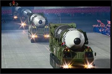 北朝鮮閱兵秀飛彈 超大尺寸國際關注
