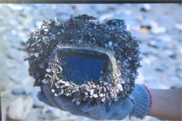 從日本漂來的?師生淨灘撿到海漂相機求協尋主人