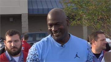 籃球大帝麥可喬丹回家鄉 親自慰問颶風受災戶