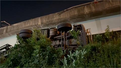 拖板車從台64高架墜落 男子遭拋出車外