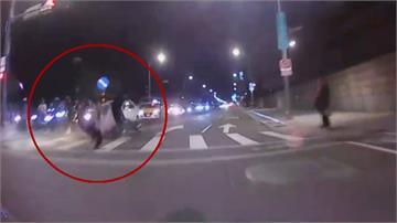 電動滑板車疑闖燈遭撞 機車騎士腹腔出血亡