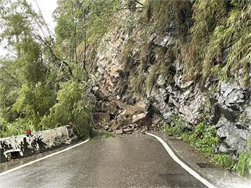 快新聞/午後大雨釀台7線23.5K處坍方 交通中斷車輛無法通行