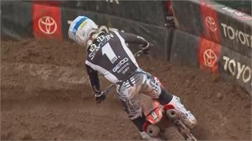 美國鹽湖城越野摩托車賽 場地泥濘釀摔車意外