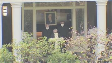 快新聞/故前總統李登輝奉安禮拜今舉行 家屬穿黑衣捧白色十字架、遺像和骨灰罈步出家門