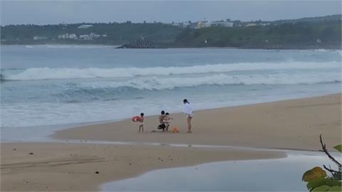 幸好夏天還沒過! 降二級警戒 墾丁海邊出現遊客
