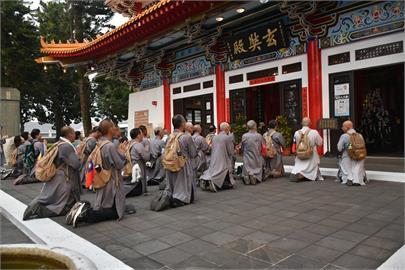 缺水又逢台鐵太魯閣號出軌意外 他們徒步環行日月潭為台灣祈福
