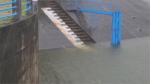 烟花颱風降雨蓄水 明德水庫暌違422天再度洩洪