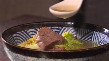先滷再高溫炙燒!台北「三寶牛肉麵」香氣十足