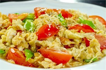 料理禁忌!番茄炒蛋別跟「3配料」一起炒 營養打折還影響消化!