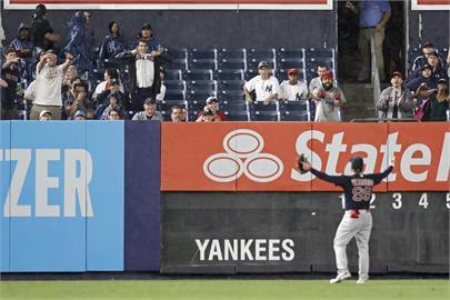 太離譜!洋基球迷拿球狠砸紅襪球員 大聯盟判他終身禁止入場
