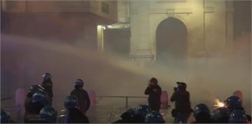 法國恐週四起全國封城 義大利民眾不爽禁令遭水砲驅離