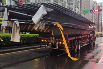 這樣太危險!30多根鋼筋超出拖板車絕命終結站續集?網諷移動式殯儀館