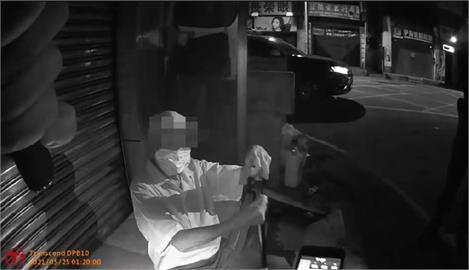 快新聞/高齡老翁「未戴罩」癱坐在地 桃園巡警贈上口罩送返家