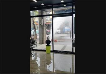 快新聞/醫院交通車撞斷消防栓 店家遭大量「湧泉」強襲 水柱噴灑場面超混亂