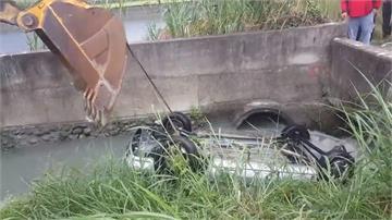 溝渠裡輪胎漂浮 警消追查發現小客車翻覆