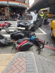 快新聞/三重新北大道2汽車5機車「撞一團」 駕駛棄車逃逸 釀7傷送醫救治