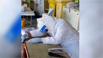 鼻酸! 全身還穿著防護衣 馬來西亞醫師趴睡猝逝