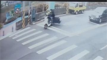 衰!停等紅燈也有事 巡邏警騎車挨撞倒地