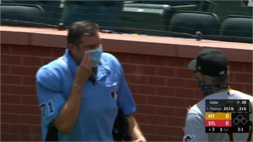 MLB/主審口罩繩斷掉很尷尬 單手扶著和總教練爭論