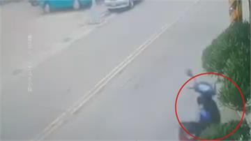 轎車欲左轉擦撞機車 騎士跌摔路口幽靈機車?兩輪離奇自駕50米