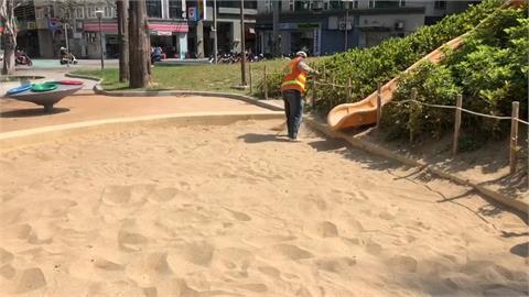恐怖! 新竹中央公園沙坑挖出碎玻璃  遭設陷阱? 孩童玩沙恐中招!