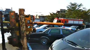 吊車翻覆砸毀自小客車頂 車主傻眼:才剛停