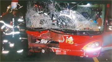 台66線楊梅段遊覽車追撞5小客車2人受傷碎玻璃噴滿地  一度回堵3公里