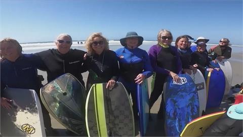 美國「熟女衝浪團」 在浪頭上充實退休人生