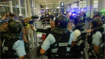 反送中/「警察還眼」示威者包圍機場!上百名軍警衝機場爆衝突