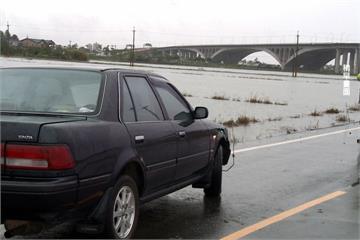 致災豪雨車拋錨   老翁求救失足不幸溺斃