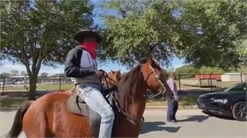 邊運動邊選總統德州選民騎馬去投票