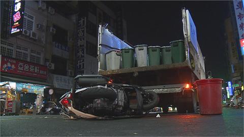 沒看路?放置三角錐提醒仍撞上!女騎士撞回收車慘摔 車殼噴飛傷及路人