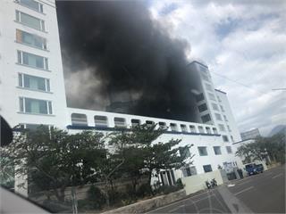 快新聞/遭法拍「墾丁泊逸飯店」突冒濃煙 猛烈黑煙直竄天際嚇壞當地民眾