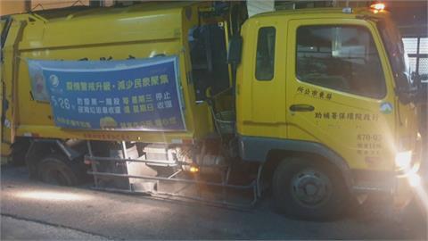 垃圾車被「坑」了!屏東馬路現坑洞、右後輪卡住