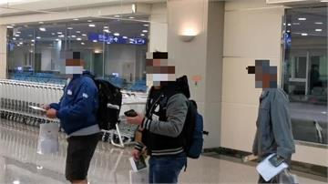 快新聞/關島人道包機下午抵台 旅客踏上台灣國土大喊:回家真好!