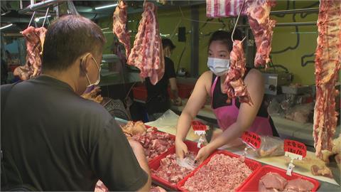 台灣疫情大爆發 買菜族擠攤位前狂掃貨
