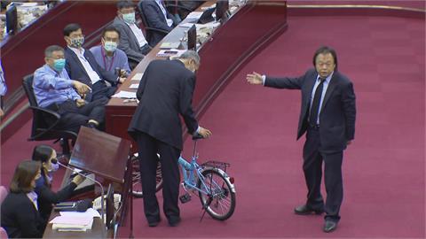 快新聞/轟柯文哲砸公帑 王世堅送腳踏車改編名言嗆:政治不難找回網軍而已