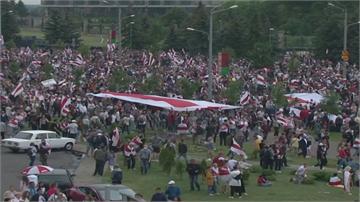 就是要總統下台 白俄羅斯10萬人再度上街抗議 立陶宛人鍊力挺