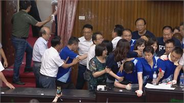 快新聞/藍委阻擋無效! 綠委破門進入議場