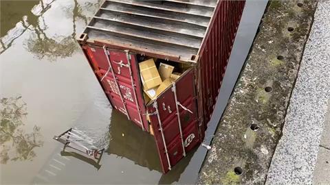 快新聞/嚇死人!貨櫃車過彎一甩 貨櫃直墜基隆鶯歌溪中