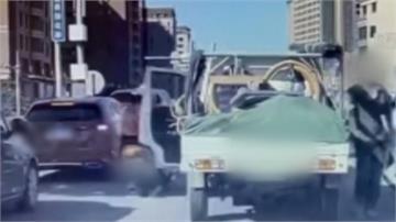 小貨車突開車門 機車騎士停紅燈遭撞倒