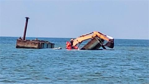 快新聞/屏東枋寮漁港「清淤作業船」翻覆 2船員受困獲救上岸無大礙