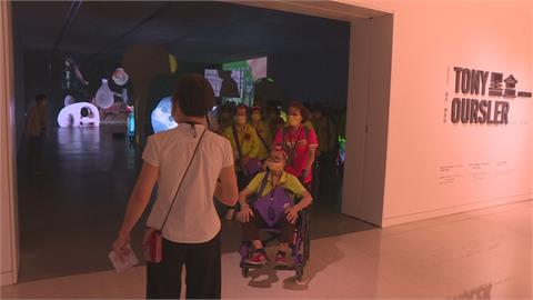 平均年齡超過70歲 公益團體邀99位長者觀藝術展